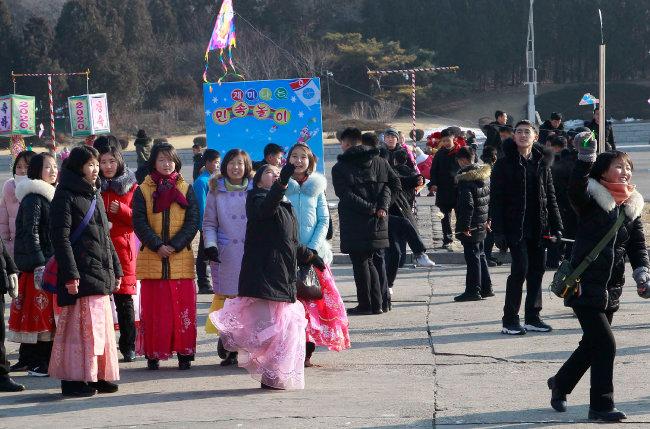 1월 1일 새해맞이 민속놀이를 하는 평양시민들. [뉴시스]