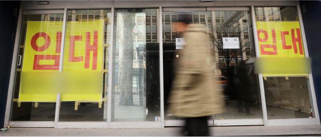 경기 불황과 최저임금 인상 등의 여파로 자영업 폐업이 늘면서 빈 매장이 많아지고 있다. 서울 종로구 한 상가에 새 주인을 찾는다는 안내문이 붙어 있다. [뉴스1]