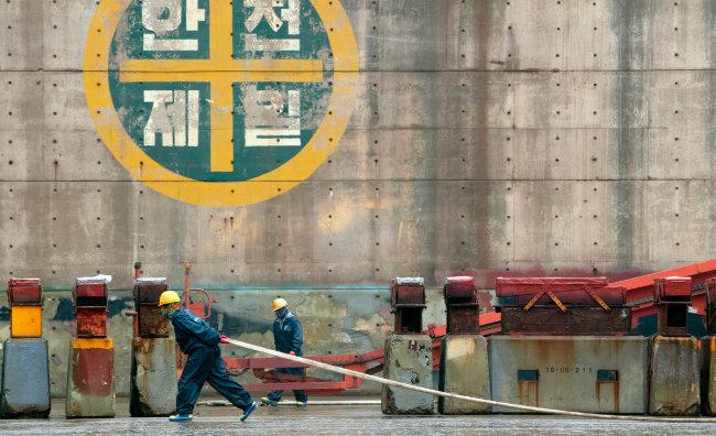 세계 최대 크기의 100만 t급 드라이 독 내부에서 근로자들이 작업하고 있다.