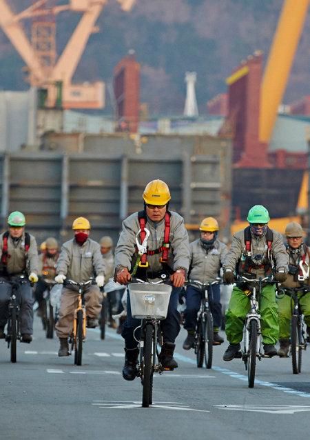 옥포조선소 근로자들이 자전거 페달을 힘차게 밟으며 출근하고 있다.