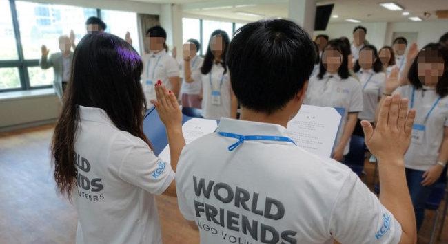 월드 프렌즈 코리아(WFK) NGO 봉사단이 해외로 봉사활동을 떠나기 전 선서하는 모습. [월드프렌즈코리아 NGO 봉사단 페이스북]