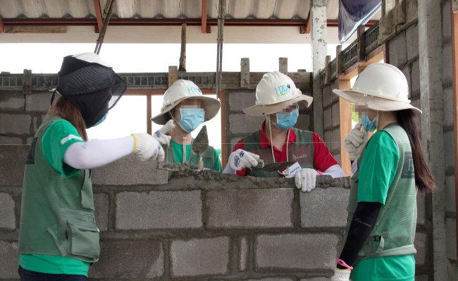 태국 치앙마이에서 주거환경이 열악한 현지 주민을 위해 집을 짓는 봉사단원들. [뉴스1]