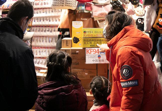 KF94 인증 마스크를 찾는 관광객