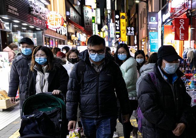 마스크를 착용한 단체 관광객들