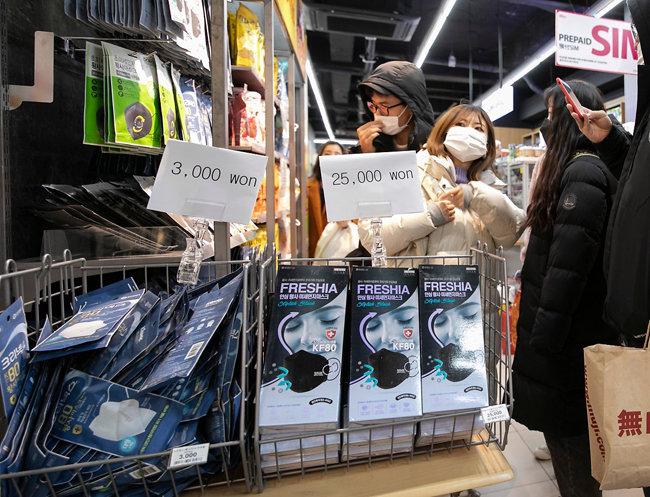 마스크 한 개의 가격은 3,000원!(평상시 온라인 쇼핑몰에선 1-200원 정도)