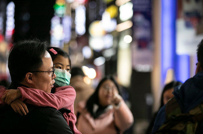 마스크를 쓴 딸을 안고 있는 아빠