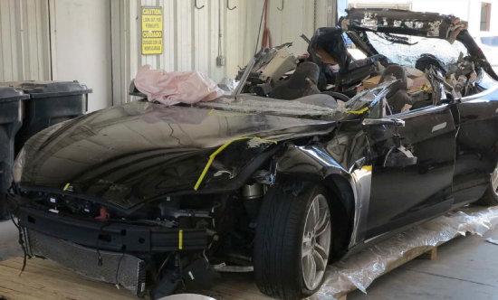 미국 연방교통안전국은 테슬라의 자율주행차 모델 S가 캘리포니아 고속도로에서 '오토파일럿' 자동시스템으로 운행 중 소방 트럭과 충돌한 사고를 조사 중이라고 2018년 1월 24일 발표했다. 사진은 2016년 사망사고를 낸 테슬라 자율주행차. [뉴시스]