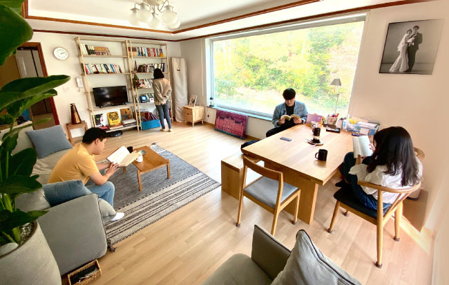 경기 성남시 분당구에 있는 김성용 '남의집' 대표 집. 손님을 초대하려고 일부러 북카페처럼 꾸몄다. 이곳에서는 지금까지 세 차례 거실 서재 모임이 열렸다.  [남의집 제공]