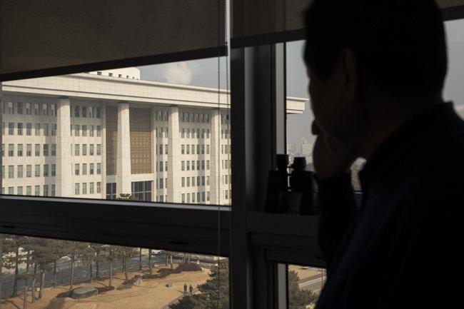 김무성 자유한국당 의원이 인터뷰를 끝낸 직후 창밖에 서서 국회의사당을 바라보고 있다. [조영철 기자]