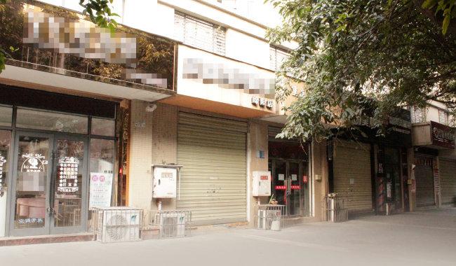 가게가 모두 문을 닫은 중국 쓰촨성 몐양시 거리.