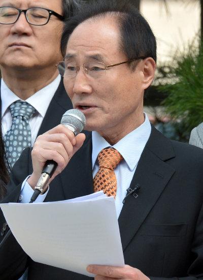 """이부영 '교육당' 창당준비위원회 공동위원장은 """"앞으로는 교육 혁신을 정치권에 부탁하고 구걸하지 않을 것""""이라고 말했다. [뉴시스]"""