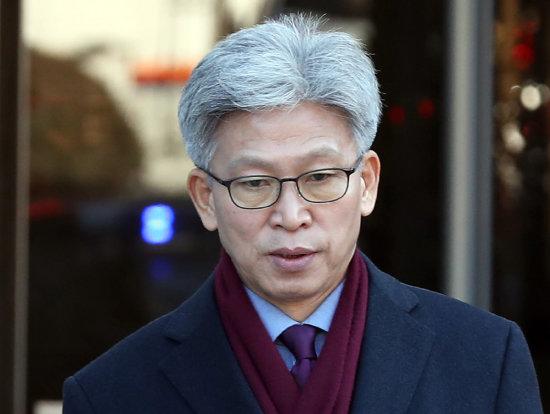 송병기 전 울산시 경제부시장이 지난해 12월 31일 서울중앙지방법원에서 구속 전 피의자 심문(영장실질심사)을 마치고 법원을 나서고 있다.