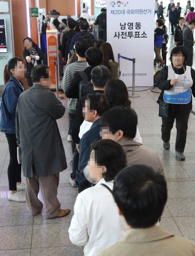 4·13 총선 사전투표 마지막 날인 2016년 4월 10일 서울역에 마련된 사전투표소에 유권자들이 투표하기 위해 길게 줄지어 서 있다. [동아DB]