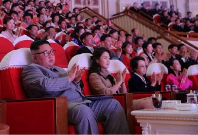 노동신문은 1월 26일 김정은 국무위원장의 설명절 기념 공연 관람에 고모 김경희(왼쪽 세 번째) 전 노동당 비서도 동석했다고 전했다. [노동신문 캡쳐]