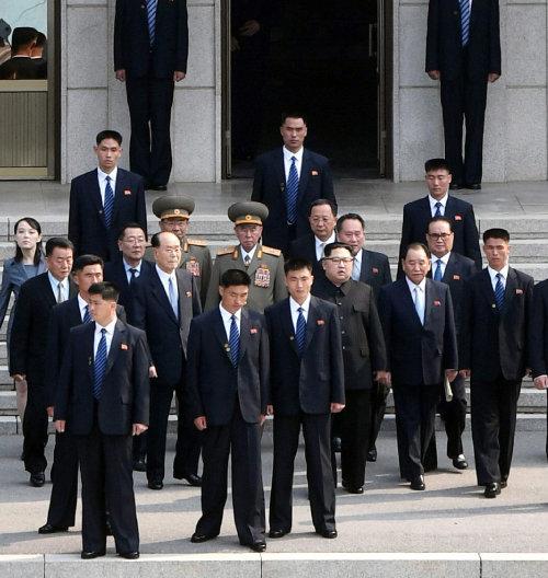 2018년 4월 27일 판문점 북측 판문각 계단을 내려오는 김정은 북한 국무위원장. [사진공동취재단]