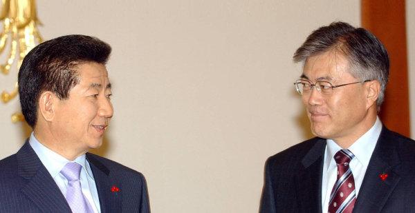 2005년 1월 21일 노무현 당시 대통령이 청와대에서 문재인 신임 민정수석비서관에게 임명장을 수여한 뒤 이야기를 나누고 있다. [동아DB]