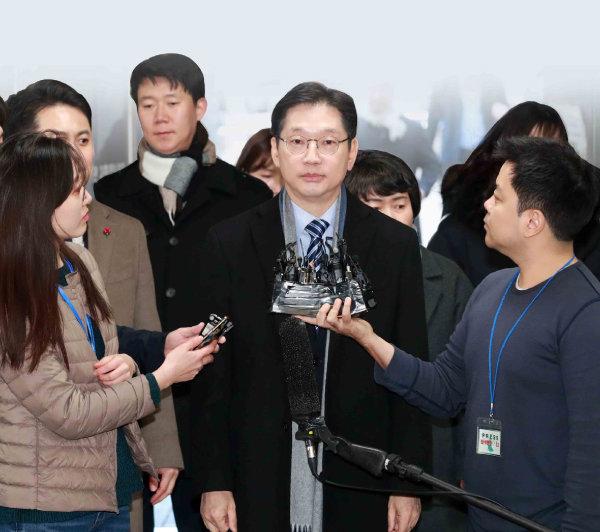 드루킹 댓글조작 사건과 관련해 재판을 받고 있는 김경수 경남지사가 1월 21일 서울 서초구 서울고등법원에서 열린 항소심 14차 공판에 출석하고 있다. [뉴시스]