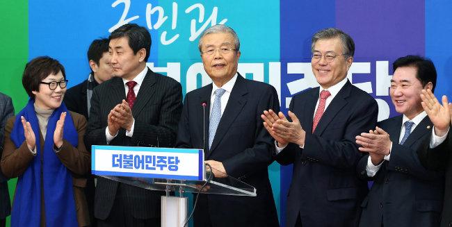 2016년 1월 15일 김종인(가운데) 당시 더불어민주당 공동선거대책위원장이 서울 여의도 국회 당대표실에서 기자간담회를 하고 있다. [전영한 동아일보 기자]