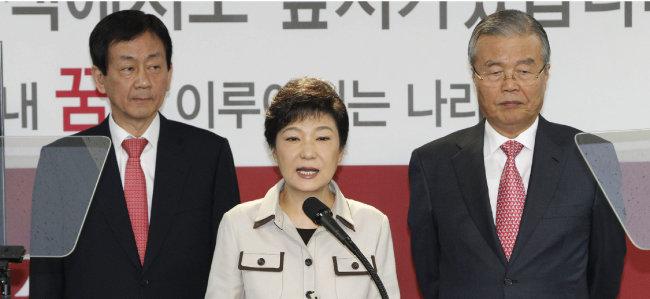 2012년 10월 19일 박근혜 당시 새누리당 대선후보가 서울 여의도 당사 기자실에서 경찰 관련 공약을 발표하고 있다. 오른쪽이 김종인 당시 새누리당 국민행복추진위원장. [안철민 동아일보 기자]