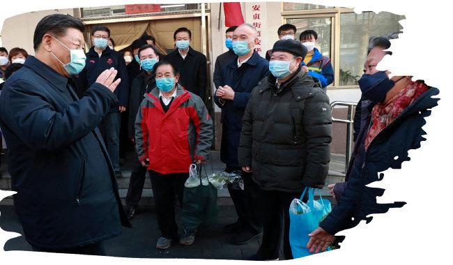 2월 10일 시진핑 중국 국가주석이 방역 마스크를  쓴 채 수도 베이징의 한 주민센터를 방문해 주민들로부터 생필품 공급 및 방역 상황 등을 듣고 있다.  [신화 뉴시스]