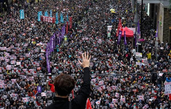 2020년 1월 1일 홍콩 시민들이 민주화를 요구하는 시위를 하고 있다. 홍콩 사태도 시진핑의 지도력에 균열을 일으키고 있다. [뉴시스]
