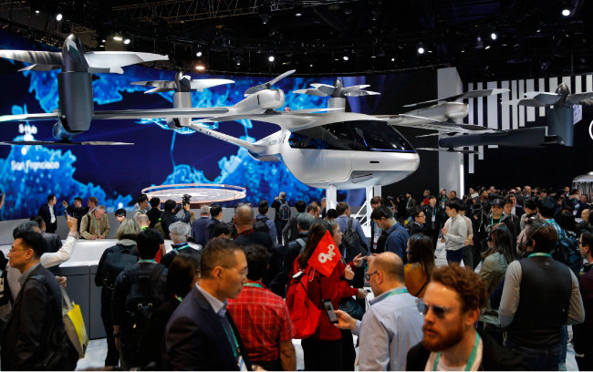 'CES 2020'이 1월 7일(현지시간) 미국 라스베이거스에서 개막한 가운데 현대차 전시관에 실물 크기의 항공 택시 S-A1이 전시돼 있다. [AP=뉴시스]