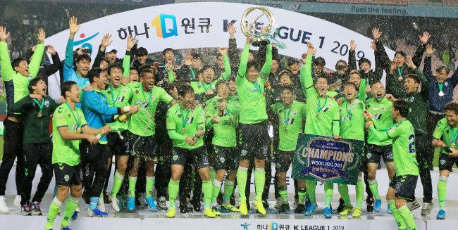 2019년 12월 1일 전주월드컵경기장에서 이동국이 2019 K리그1 우승 트로피를 들어올리자 전북 선수들이 모두 환호하고 있다. [뉴스1]