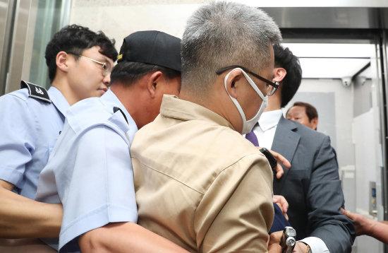 '드루킹' 김동원 씨가  2018년 6월 28일  댓글 조작 의혹을  조사받기 위해  서울 서초구 특검사무실로  출석하고 있다. [사진공동취재단]