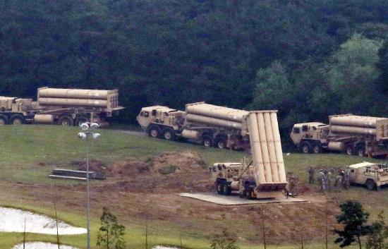 2017년 9월 7일 주한미군이 경북 성주군 초전면 성주골프장 사드기지로 반입된 사드 발사대 4기를 점검하고 있다. [뉴스1]