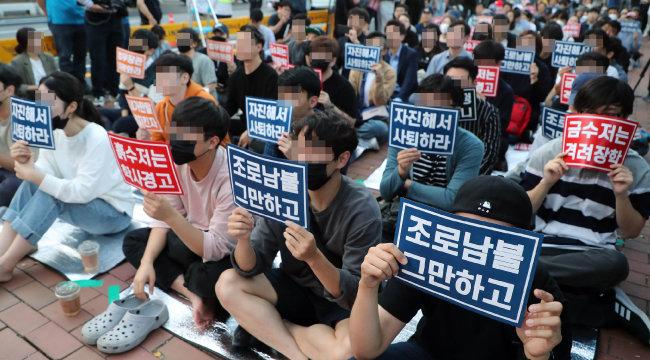 지난해 10월 3일 서울 종로구 대학로 마로니에공원에서 '전국대학생연합회'가 주최한 조국 당시 법무부 장관 사퇴 촉구 집회. [양회성 동아일보 기자]