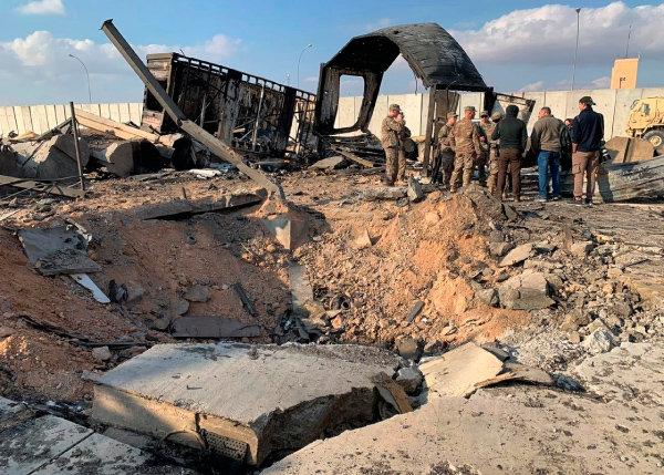 미국 군인들과 기자들이 1월 13일(현지 시간) 이라크 아인알아사드 미군 공군기지에 떨어진 미사일 흔적 옆에 서 있다. 이 기지는 1월 8일 이란의 '가셈 솔레이마니 폭살' 보복 공습을 받았다.
