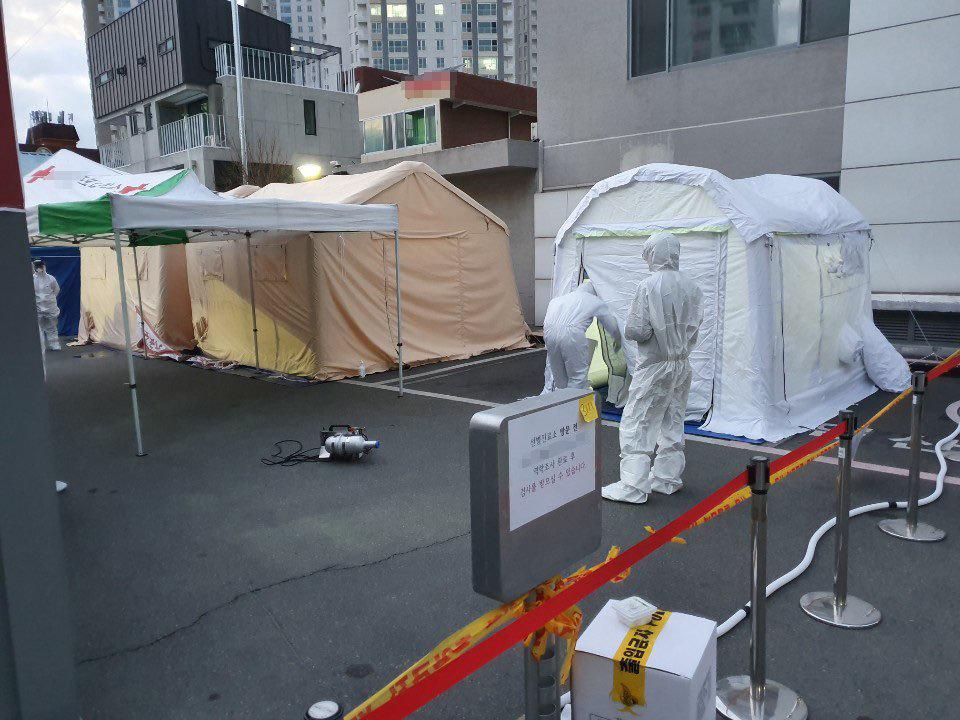 3월 1일 공중보건의들이 대구의 한 선별진료소에서 검체 채취 업무를 수행하고 있다.