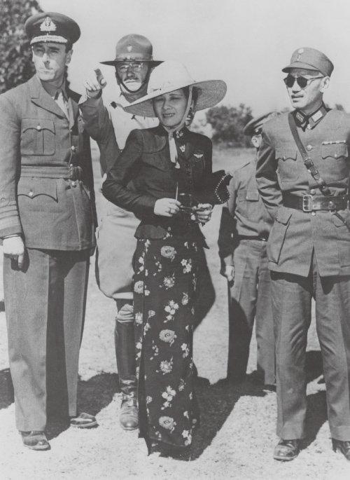 장제스(오른쪽), 쑹메이링(가운데) 부부. [GettyImage]