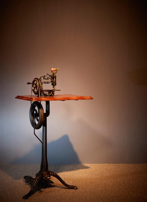 영국 찰스레이먼드사(Charles Raymond)가 1880년 제작한 재봉틀.