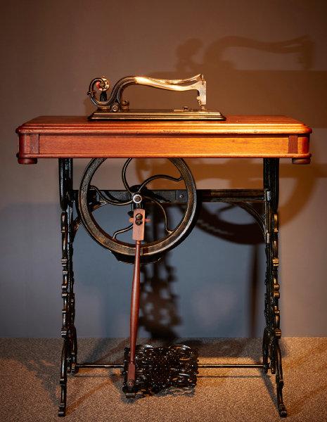 1856년 제작된 발로 밟는 형식의 미국 그로버&베이커사(Grover & Baker) 재봉틀.