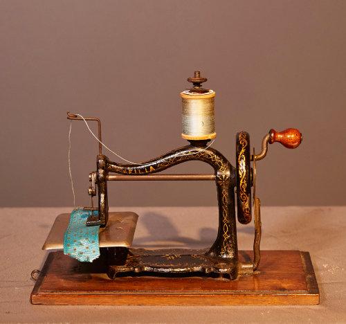 미국 구디스사(Goodes)가 1870년대 제작한 장난감 재봉틀.