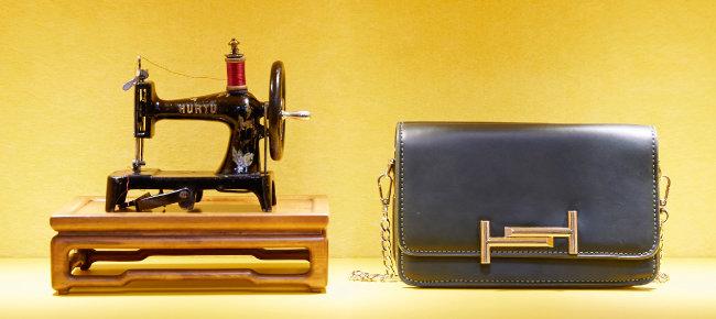 프랑스 위르튀사(Hurtu)가 1880년 제작한 장난감 재봉틀. 크기가 핸드백만큼 작다.