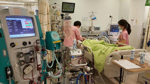 전문가들은 상시적으로 인공호흡기가 부족한 수도권에서 코로나19가 유행할 경우 사망자가 급증할 수 있다고 우려한다. 사진은 서울 한 대형병원 중환자실.  [동아DB]