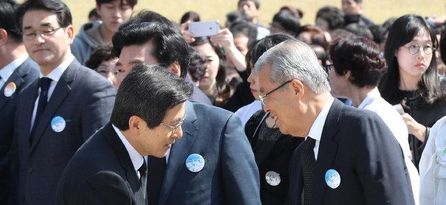 2016년 4월 19일 서울 강북구 국립 4·19 민주묘지에서 제56주년 4·19 기념식이 열렸다. 황교안 당시 국무총리(왼쪽)가 김종인 당시 더불어민주당 비상대책위원회 대표와 인사를 나누고있다. [김재명 동아일보 기자]