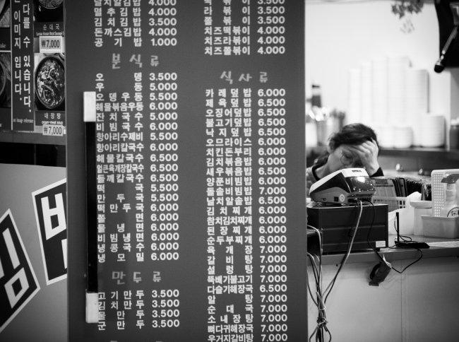 서울 광진구 동서울터미널에 있는 김밥집은 손님이 90% 이상 줄었다고 하소연한다.