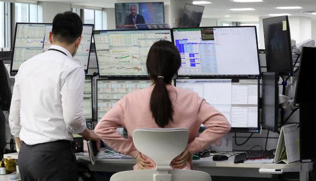 3월 13일 KB국민은행 여의도지점에서 직원들이 증시 상황을 확인하고 있다. [뉴스1]