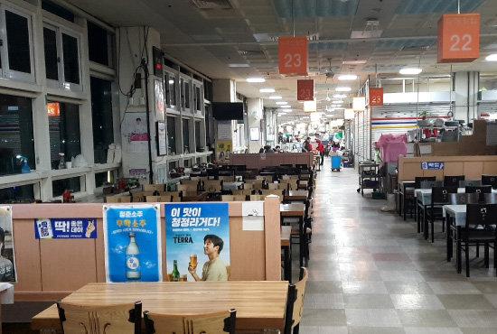'코로나19' 사태가 확산되기 전인 2월 2일 오후 한산한 부산 자갈치시장 식당가. [배수강 기자]