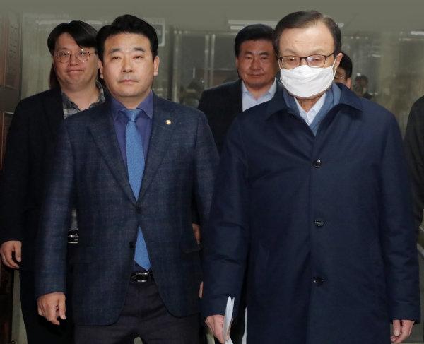 이해찬(오른쪽) 더불어민주당 대표와 박정 의원이 3월 10일 서울 여의도 국회에서 열린 비공개 의원총회에 참석하고 있다. 이날 민주당 지도부는 비례대표용 연합정당 참여에 관한 의견을 의원들로부터 수렴했다. [뉴스1]