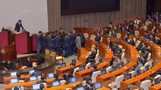2016년 12월 9일 서울 여의도 국회 본회의장에서 박근혜 대통령 탄핵소추안 개표가 진행되고 있다. [뉴시스]