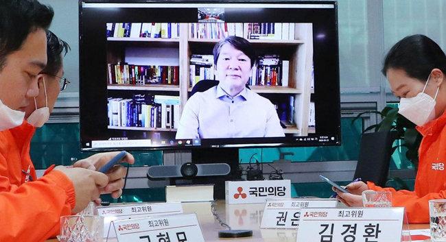 안철수 국민의당 대표가 3월 23일 서울 여의도 국회 의원회관에서 열린 최고위원회의에서  최고위원들과 화상회의를 하고 있다. [뉴시스]