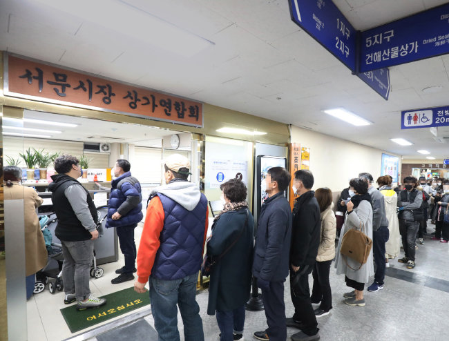 3월 3일 대구 중구 서문시장상인회 사무실 앞에서 특례보증 상담 신청이 시작되자 많은 상인이 길게 줄지어  차례를 기다리고 있다. [뉴스1]