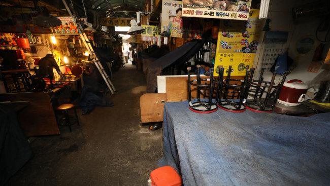 2월 24일 서울 중구 남대문시장 칼국수골목의 상인들이 코로나19 예방 차원으로 일주일간 휴업에 들어가 상점에 불이 꺼져 있다. [뉴스1]