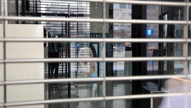 신종 코로나바이러스 감염증(코로나19) 확진자가 2000명을 넘어선 2월 28일 서울 서초구 신세계백화점 강남점이 전관 임시휴점에 들어가 문이 닫혀 있다. [뉴스1]