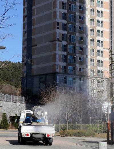 3월 11일 코로나19 확진자가 발생한 한 아파트에서 방역 차량이 소독작업을 하고 있다. [뉴스1]