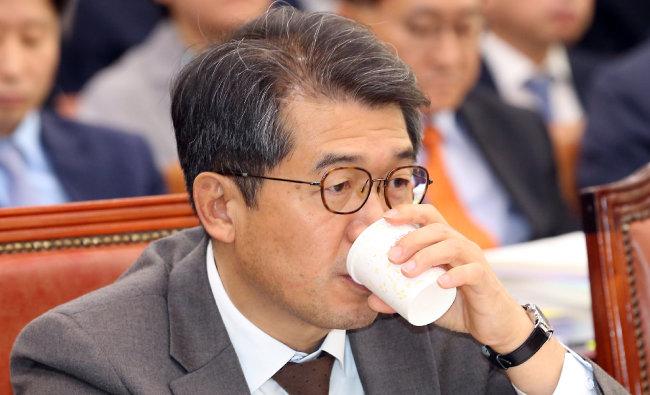 지난해 10월 15일 조상희 당시 대한법률구조공단 이사장이 서울 여의도 국회에서 열린 법제사법위원회 국정감사에 출석해 물을 마시고 있다. [뉴시스]